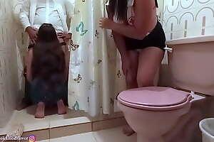 Enfermera encuentra al doctor follando con una paciente en el baño del hospital / PARTE 1 / NicoleLondrawer / Chiquicandy