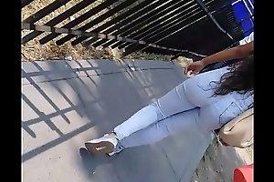 Rico culo de jovencita universitaria de Los Olivos en jean apretado