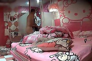 重磅推荐-kitty房偷拍时尚气质长发美女刚换完睡衣就被男友爆操一次,换泳装时太诱人按耐不住又被狠干一次!