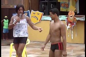 Moreno danç_ando de sunga