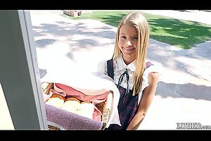 Она выглядит такой невинной и милой, продавая печенье в своем маленьком платье ... жестко трахается и принимает на себя нагрузку на свое очаровательное и красивое личико (Асуна Фокс)