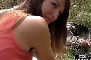 Парень снимает на видео, как иммигрант трахает свою девушку в задницу, оказывая влияние на зад
