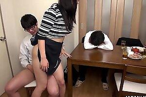 Взрыв ее мокрую киску, и она наслаждается каждым незамужним членом