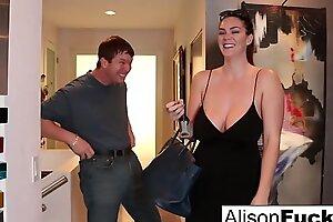 Грудастая Alison Tyler встречает своего сома, затем трахает его друга