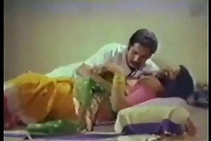 Индийская горничная трахается со своим боссом на кухне (новинка)