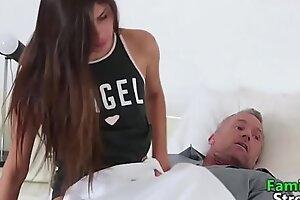 支持爸爸的异想天开性爱女儿-FamilySTROKE色情HD色情