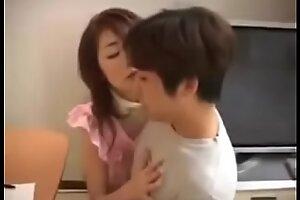 热亚洲日本妈妈和儿子有漂亮的性爱