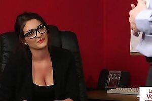 办公室美女指导抽风子