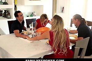 家庭中风-感恩节大餐使摆姿势的怜悯天使随着乱搞的增加而糟透了