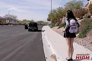 年轻的州立学校女孩Marley Brinx被教练接走了