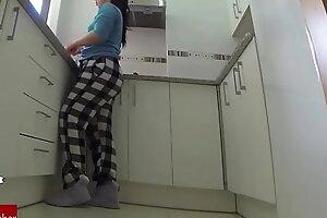 重新他妈的在厨房里。皇家空军073