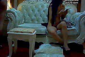 约操94年173CM长腿翘臀大学网红女神,开裆黑丝高跟极度诱惑